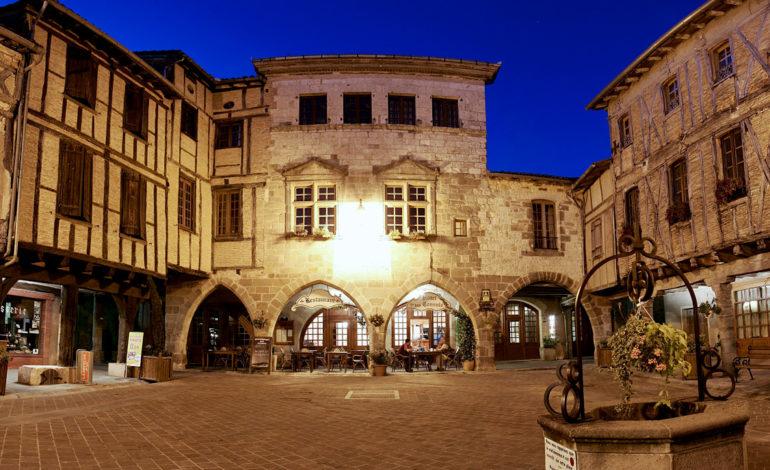 15-Bastide-Place-Arcades-fontaine_Castelnau-de-Montmiral---L.-Frezouls.jpg-1200px